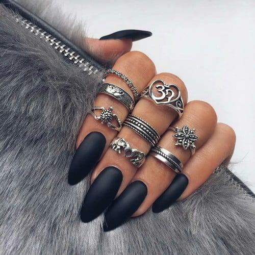 Diseño de uñas en tono negro.
