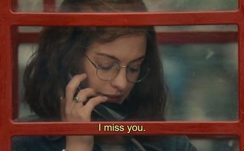 Anne Hathaway hablando por teléfono.