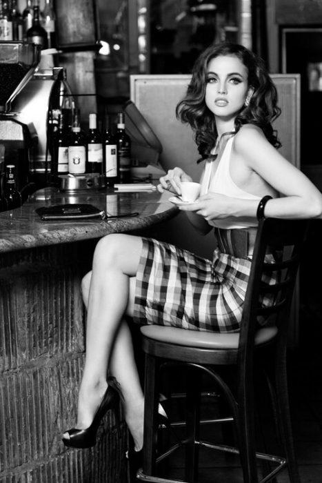 Mujer joven tomando una taza de té.