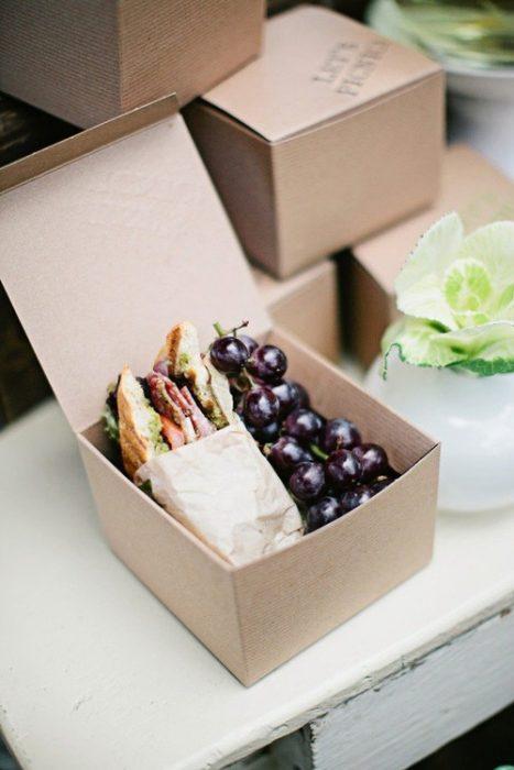 Desayuno de sandwich y uvas.