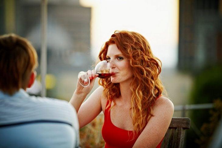 Joven tomando vino.
