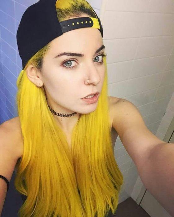 Joven con cabello color amarillo.