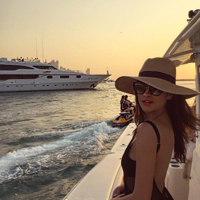 chica con sombrero y lentes en crucero