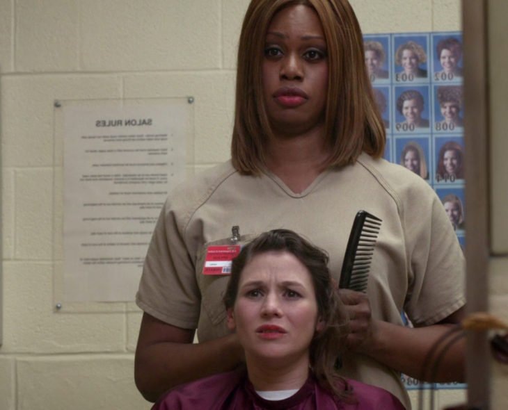 Escena de la serie orange is the new black. Chica cortando el cabello de otra