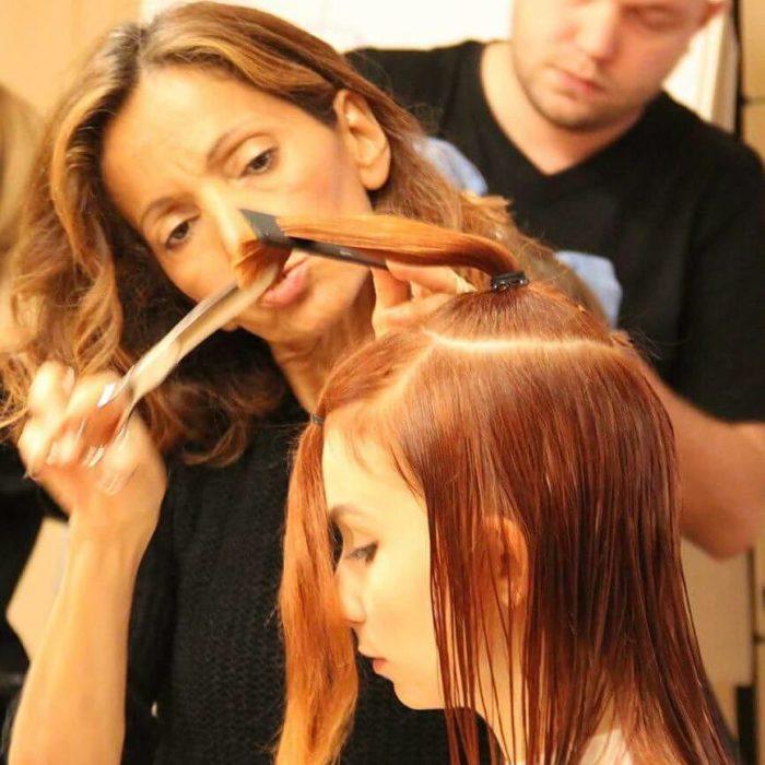 Estilista cortando el cabello de una chica