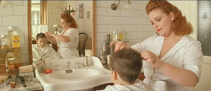 Estilista cortando el cabello de un niño