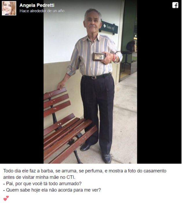 hombre vestido elegante enseña foto en su cartera captura de pantalla facebook