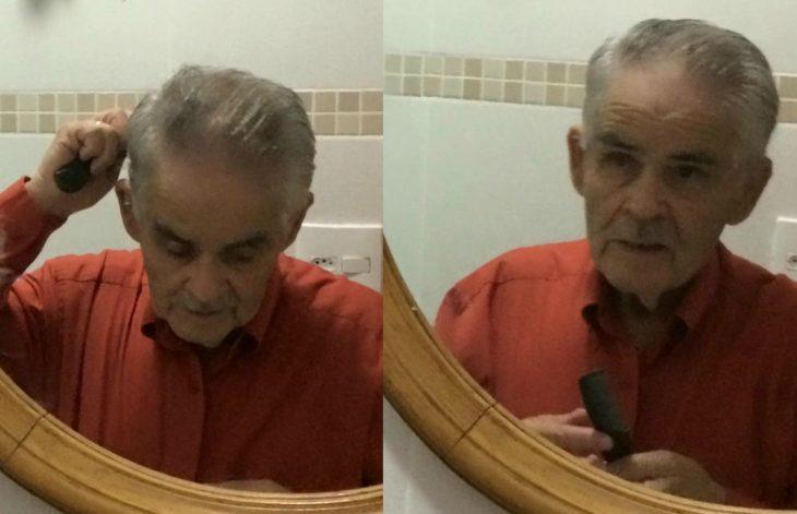 hombre peinándose frente al espejo