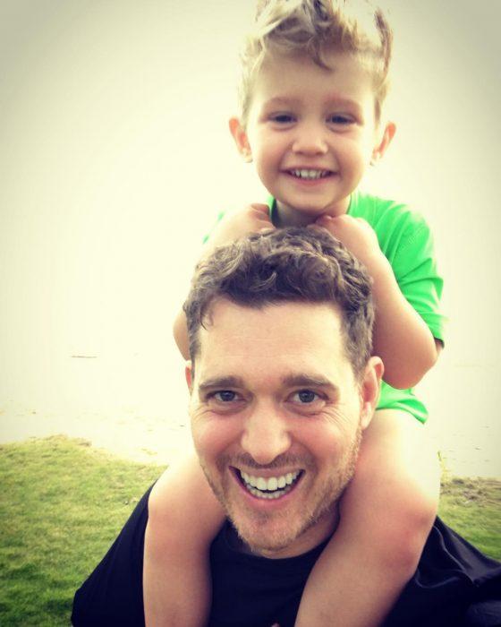niño rubio en los hombros de su papá