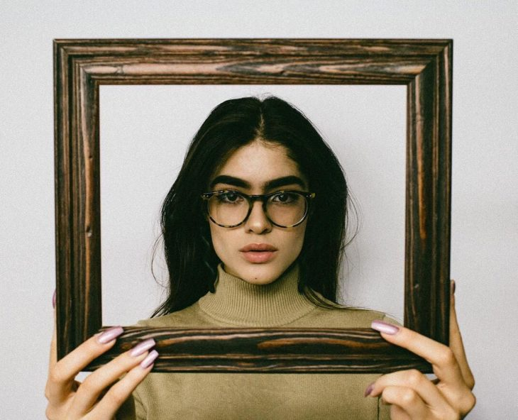 mujer de cabello largo con lentes