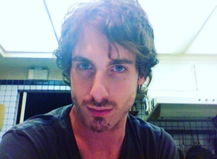 hombre rubio con cabello largo y ojos azules
