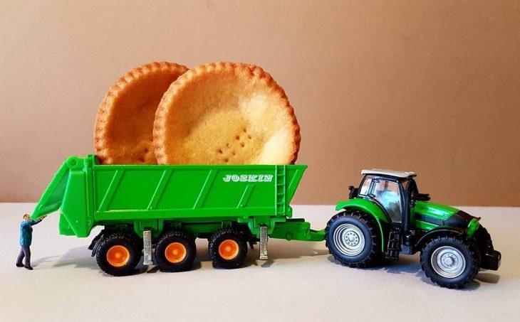 panes redondos sobre tractor miniatura