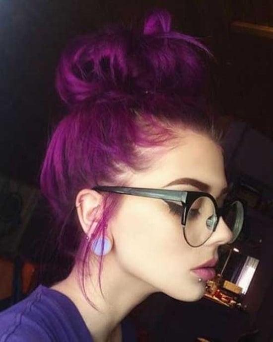 Chica con cabello color morado.