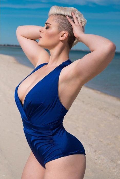 mujer en traje de baño con cabello corto y traje de baño