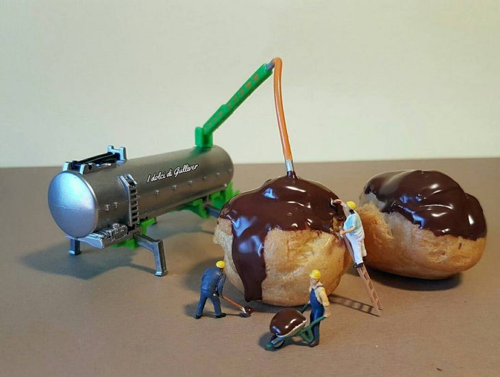 figuras miniatura con pasteles de chocolate