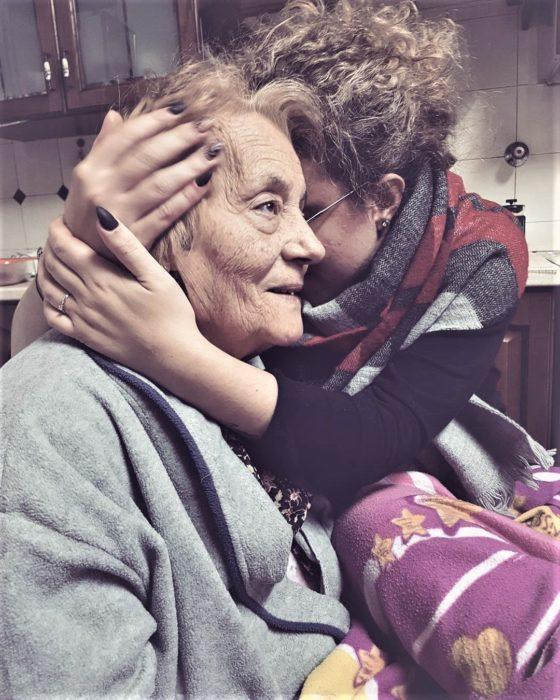 mujer abrazando a su abuela