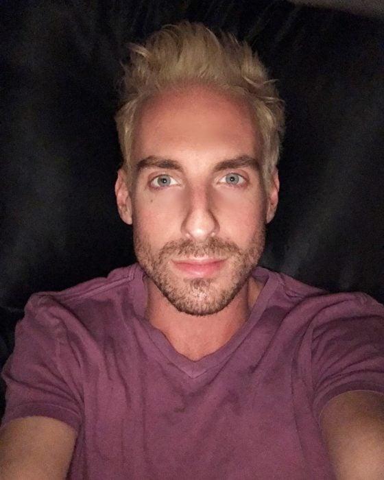 hombre rubio de ojos azules con barba
