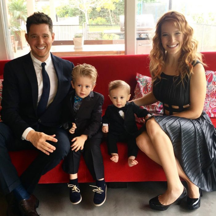 Familia en un sillón
