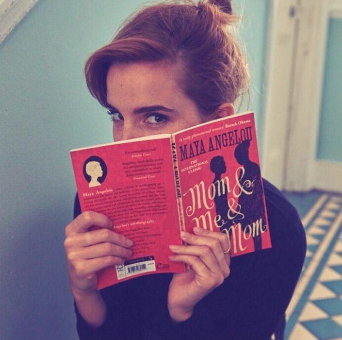 chica con chongo leyendo libro