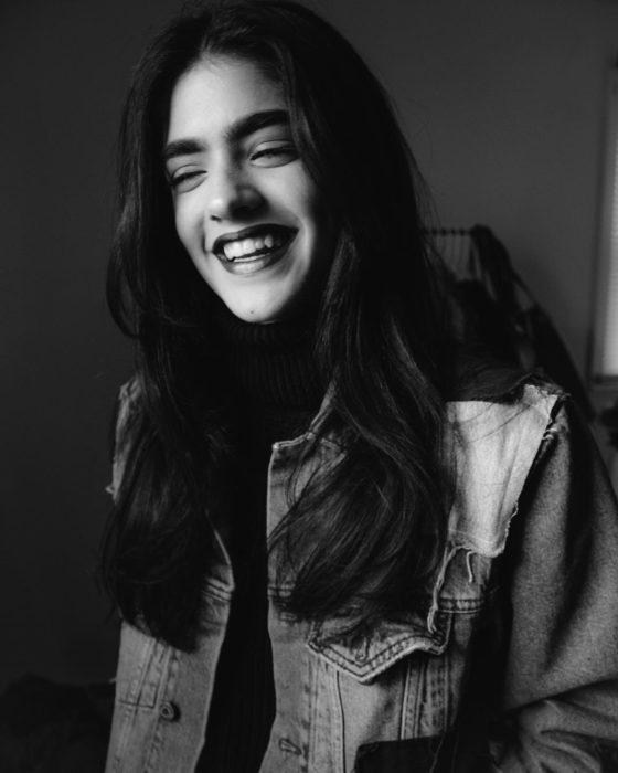 mujer sonriendo con cabello largo