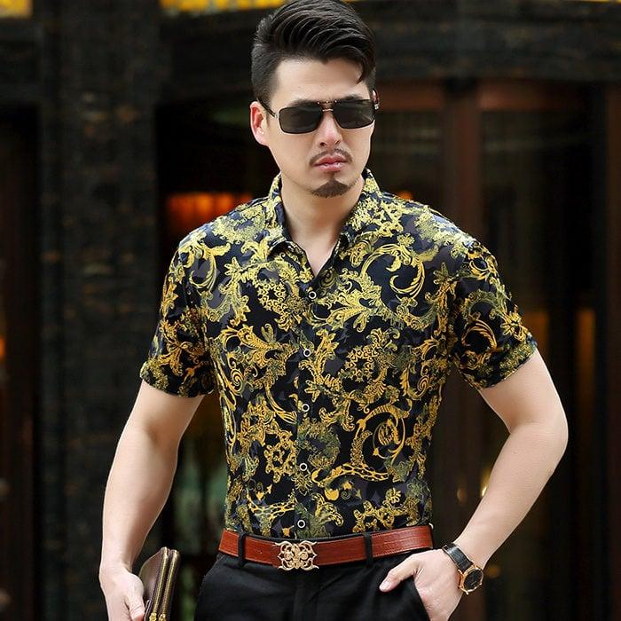 Chico usando una camisa de seda con estampados