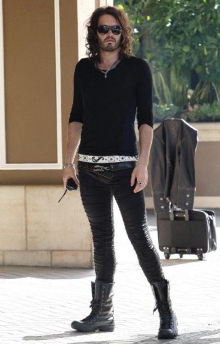 Chico usando unos leggins color negro con una chaqueta