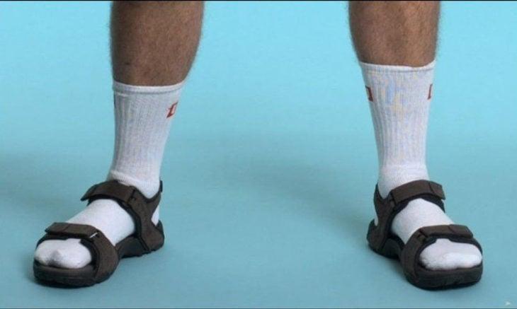 Chico usando sandalias con calcetas
