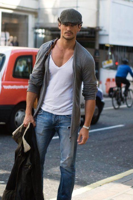 Chico usando una camisa de cuello en V
