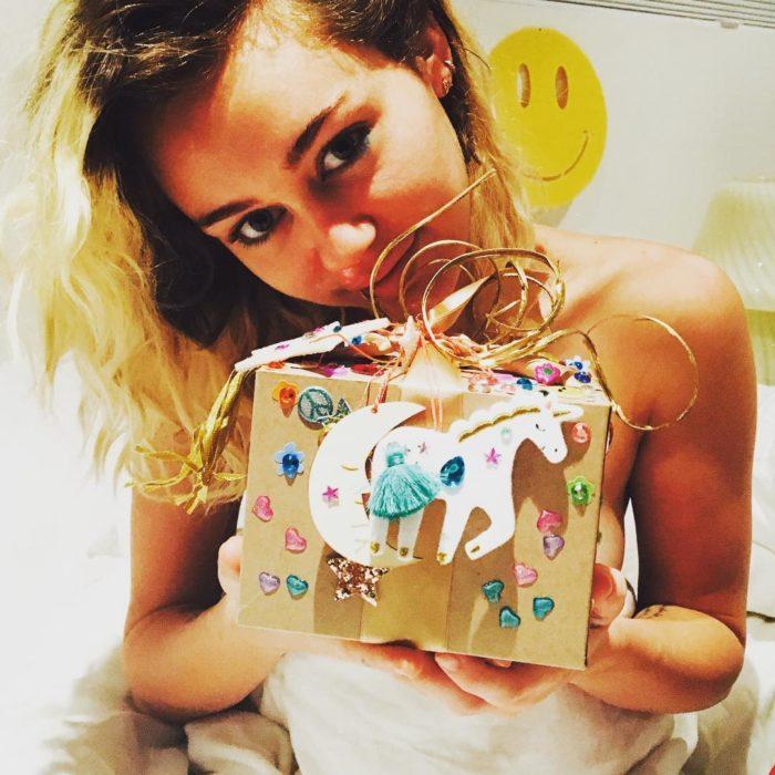 chica rubia con caja decorada y unicornios
