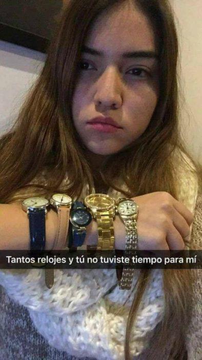 mujer con relojes en su brazo