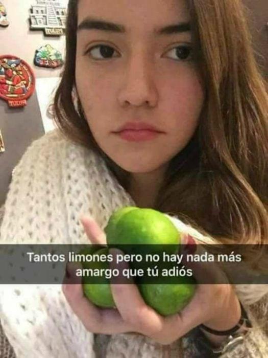 mujer con limones en su mano