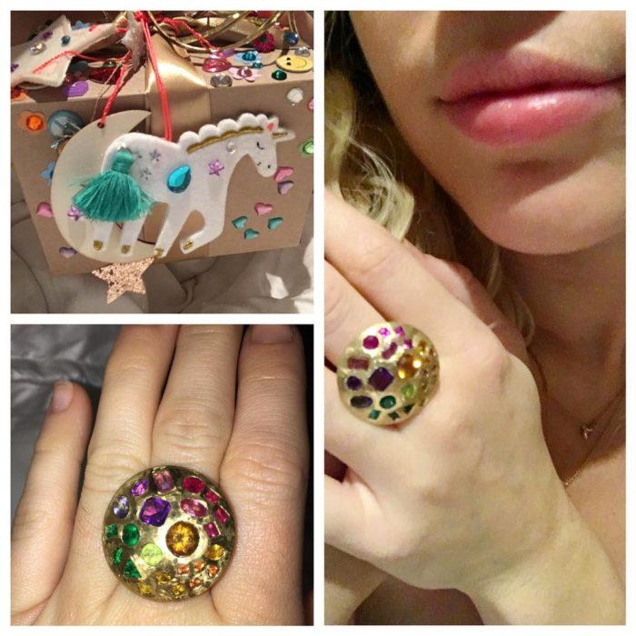 mujer con anillo dorado de colores