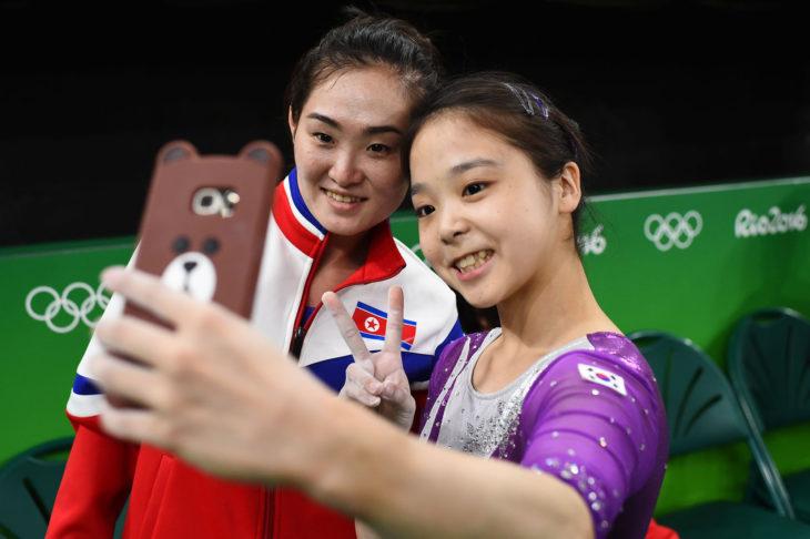 Gimnastas de corea tomándose una selfie