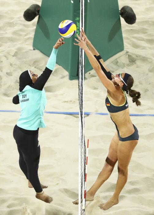 Mujeres de alemania y egipto jugando Volleyball en Río de Janeiro