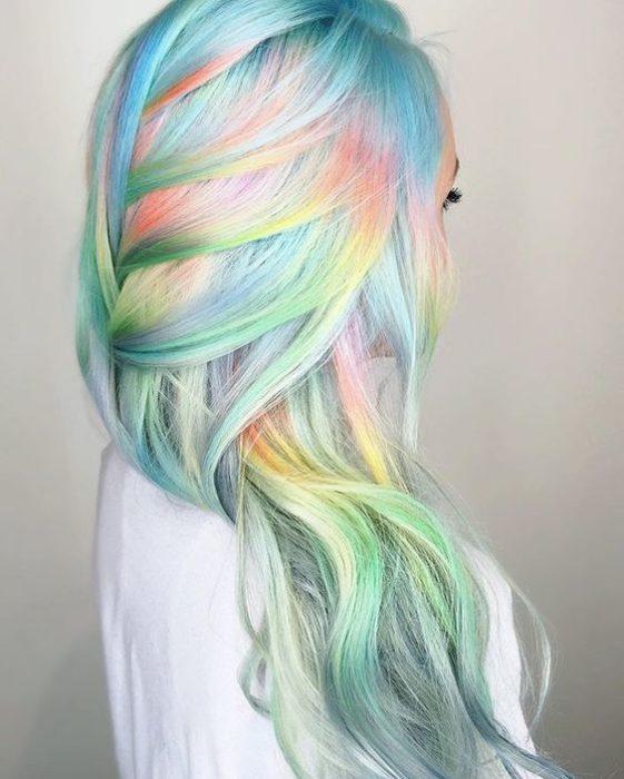 Chica con cabello de colores pasteles.