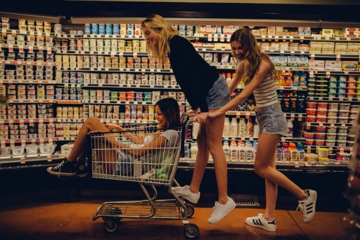 mujeres en super mercado y carrito