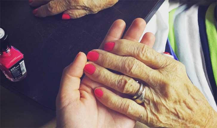 mano de mujer con sujetando mano de anciana