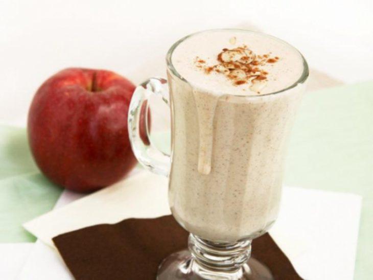 vaso de vidrio con batido de manzana