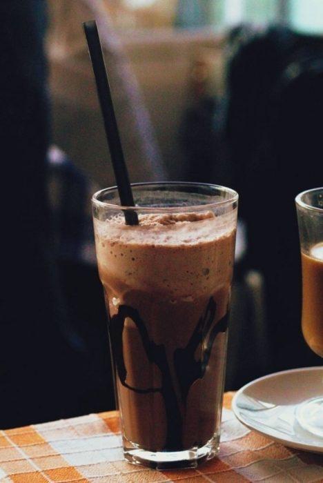 vasos con malteada de chocolate