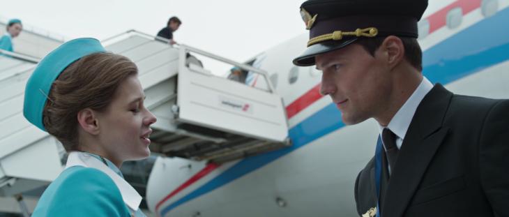 hombre aviador con azafata