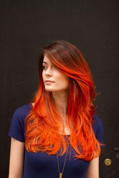 Chica con color naranja intenso.
