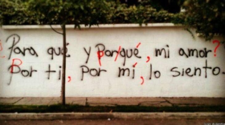 frases escritas en las paredes y correcciones con rojo