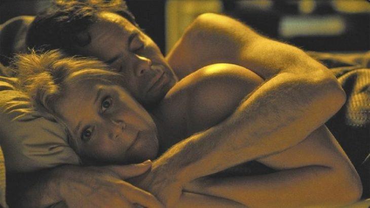 mujer acostada abrazada por su novio austada