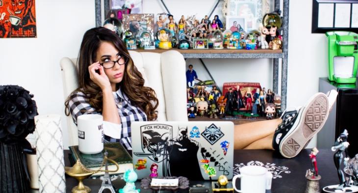 Chica con los zapatos sobre el escritorio, pensando.