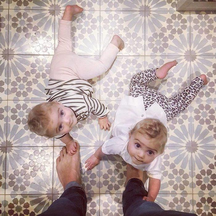 niña gemelas en el suelo