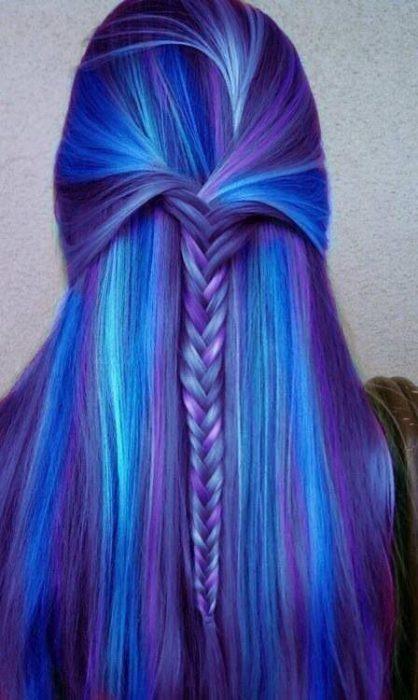 Cabello en diferentes variedades de azul.