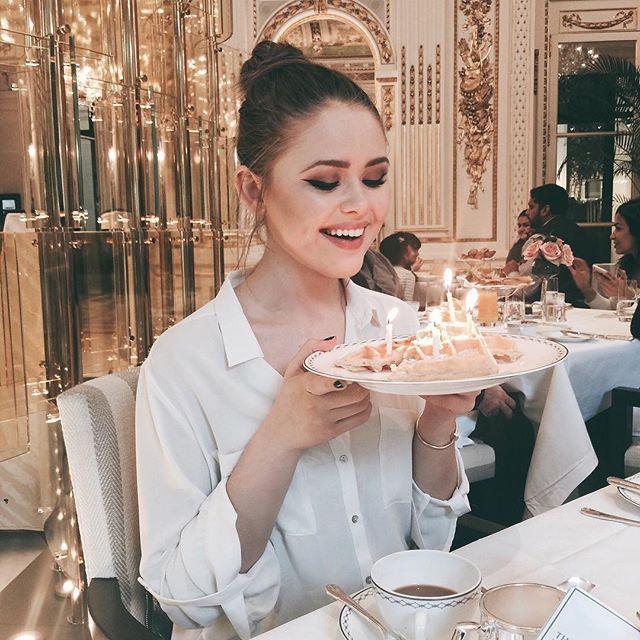 Chica soplando las velas de un pastel de cumpleaños