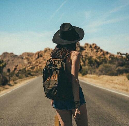 Chica caminando sobre la carretera