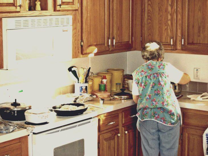 abuela de espaldas en cocina
