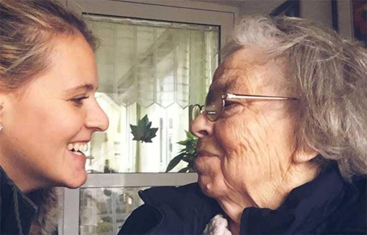 mujer anciana con lentes sonríe a chica